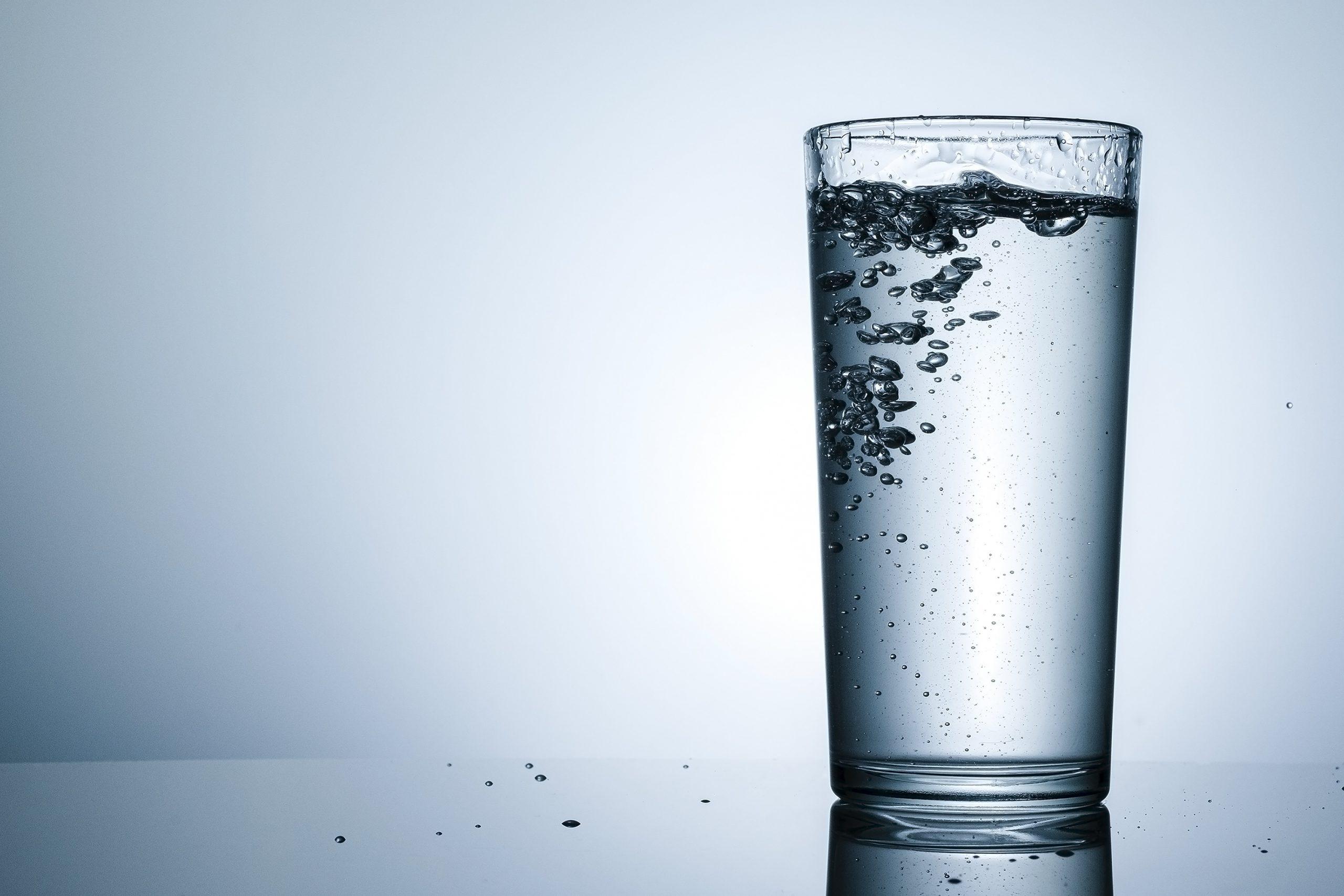 Czy woda musi być niegazowana?