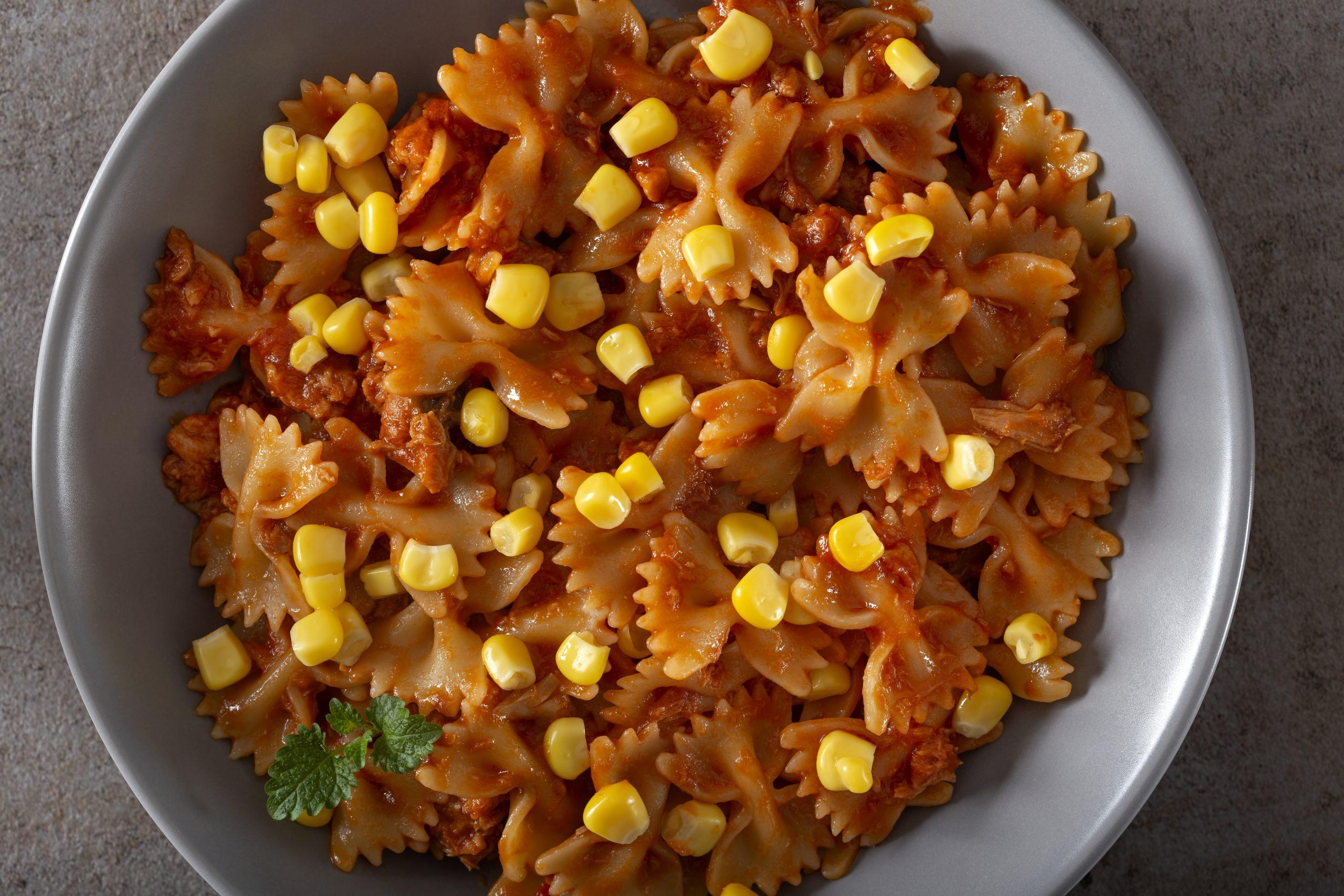 Indyk z kukurydzą w sosie pomidorowym